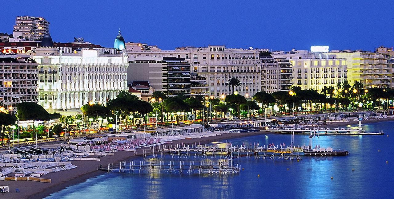 Cannes bij nacht